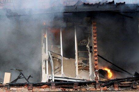 <p> Drei weitere Personen, die in der benachbarten Doppelhaushälfte des ausgebrannten Hauses wohnten, konnten mittlerweile in ihre Wohnung zurück kehren.</p>