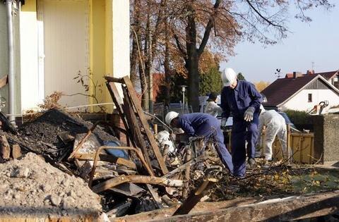 <p> In den Überresten des Gebäudes suchten die Experten nach auswertbaren Spuren.</p>
