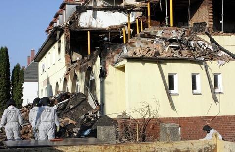 <p> Kurz zuvor war eine Bewohnerin dort gesehen worden. Sie wird verdächtigt, die Explosion ausgelöst zu haben.</p>