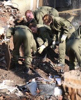 <p> Bislang hatten die Ermittler aus dem Trümmerhaus fünf Pistolen, einen Revolver und ein Repetiergewehr sicherstellen können.</p>