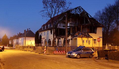 <p> Mit Bauzäunen ist das Haus abgesperrt.</p>