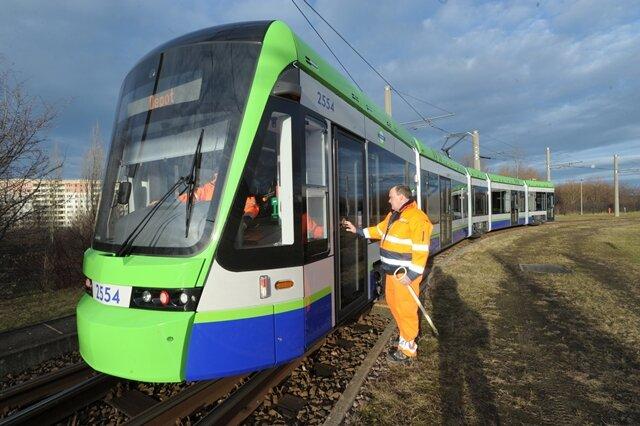 <p> Angesichts der modernen Straßenbahn, die in diesen Tagen durch Chemnitz fährt, dürfte sich mancher Passant verwundert die Augen reiben.</p>