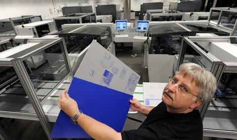 <p> Bevor die Zeitungsseiten bedruckt werden können, müssen im Druckzentrum Druckplatten hergestellt werden.</p>