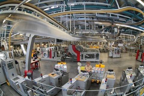 <p> Über eine Kettentransportanlage werden die gedruckten Zeitungen an die Abteilung Weiterverarbeitung zugeliefert.</p>