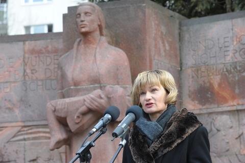 <p> Oberbürgermeisterin Barbara Ludwig (SPD) erinnerte daran, dass zuvor deutsche Flugzeuge und Soldaten Städte wie Manchester und Stalingrad, heute Partnerstädte von Chemnitz, zerstörten.</p>