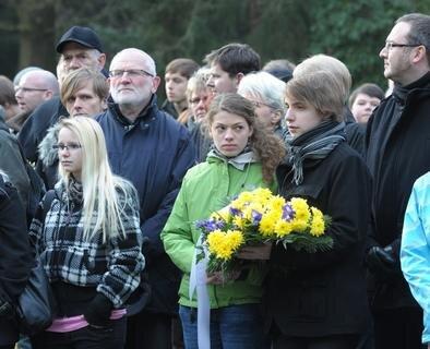 <p> Rund 200 Menschen nahmen an der Kranzniederlegung teil.</p>