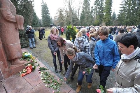 <p> Erstmals legten auch Schulklassen am Mahnmal für die Bombenopfer Blumen nieder.</p>