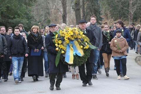 <p> Mit einer Kranzniederlegung auf dem Städtischen Friedhof Chemnitz war schon am Vormittag an die Zerstörung der Stadt vor 67 Jahren durch englische und amerikanische Bomber erinnert worden.</p>