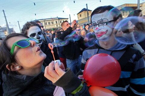 <p> 1500 Menschen versammelten zuvor sich am Nachmittag vor dem Hauptbahnhof.</p>