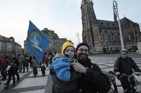 <p> Wie hier von der Petrikirche begaben sich viele auf den Friedensweg zum Rathaus.</p>