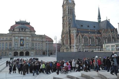 <p> Auf dem Friedensweg - auch von anderen Gotteshäusern aus machten sich die Chemnitzer zum Neumarkt auf.</p>