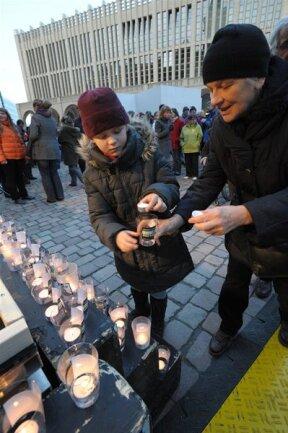 <p> Am Neumarkt entzündeten sie Kerzen.</p>