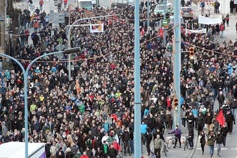 <p> Bei Zwischenstopps wurde erneut gegen den Aufmarsch der Rechten protestiert, der wenige hundert Meter entfernt starten sollte.</p>