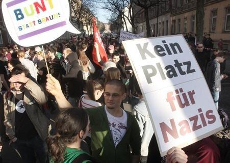 <p> Rund 350 Menschen haben am Freitag in Chemnitz auf dem Brühl gegen den Laden der bei Rechtsextremen beliebten Modemarke &quot;Thor Steinar&quot; protestiert.</p>