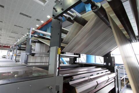 <p> Mit einer Geschwindigkeit von bis zu 12,5 Metern pro Sekunde gelangen die Papierbahnen durch die Druckmaschinen.</p>