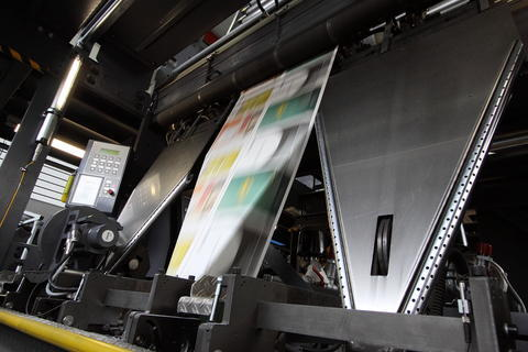 <p> Die fertig gedruckten Seiten werden am Trichter gefaltzt.</p>