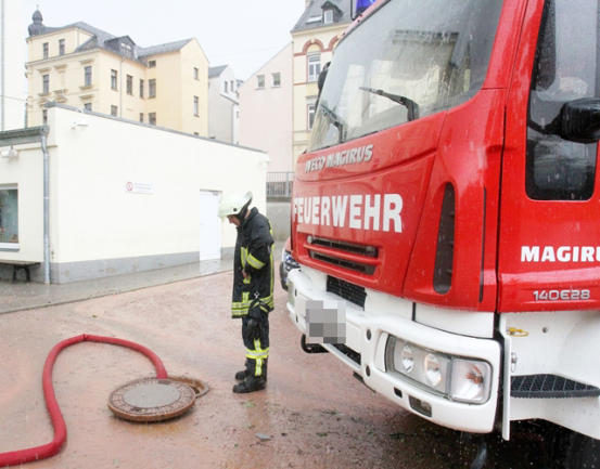 """<p> <span class=""""Text"""">Die Werdauer Feuerwehren waren - wie hier im Schulhof der Gerhart-Hauptmann-Grundschule - mit dem Abpumpen von Regenwasser beschäftigt.</span></p>"""