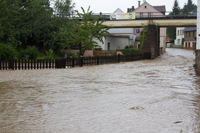 <p> Rund um Rochlitz bahnten sich die Wassermassen ihren Weg durch die Straßen.</p>
