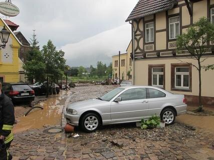 <p> Am Rochlitzer Mühlplatz geriet eine Autofahrerin in die Wassermassen und benötigte Hilfe.</p>