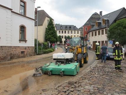 <p> Am späten Nachmittag begannen auch hier an der Zwickauer Straße die Aufräumarbeiten.</p>
