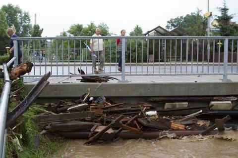 <p> Geröll war an dieser Brücke hängengeblieben.</p>