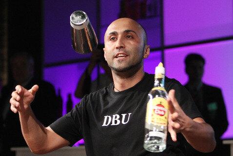 """<p> Hueseyin Kirac vom Star Coffee Mainz ist Sieger in der Kategorie Freestyle/Flairtending. Er beeindruckte die Jury mit seinem Drink """"Passion for Poison"""", einer Kombination aus Cocktailkreation und spektakulären Showmixelementen.</p>"""