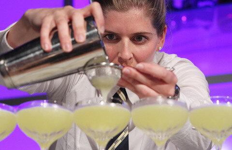 <p> Barkeeperin Kathrin Reitz aus der Bar La DeeDa in Bad Honnef mixt am Montag in Leipzig bei der Deutschen Cocktailmeisterschaft 2012 ihr Getränk Pedro & Clodette.</p>
