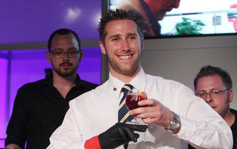 """<p> Barkeeper Markus Kern von der In Live- Cocktailschule im hessischen Neuberg wurde mit seiner Kreation """"Goodbye Thomas"""" Sieger in der Kategorie Open. Kern trägt aufgrund einer Verletzung einen Handschuh.</p>"""