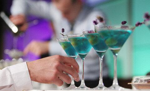 <p> Diese Cocktails wurden mit Lavendel-Blüten dekoriert.</p>