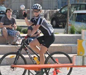 <p> Fahrradbiathlon: Katja Vogel aus Doberenz nahe Rochlitz musste hier ihre Treffsicherheit beim Büchsenwerfen unter Beweis stellen.</p>