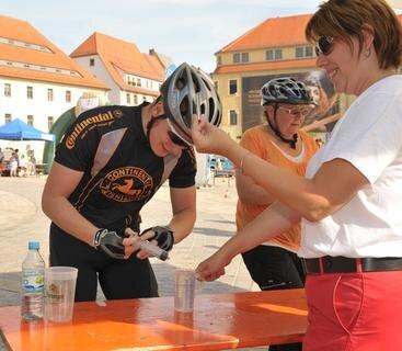 <p> Alles sauber? Maik Walther beim Dopingtest am Stand von Jeanette Erdmann.</p>
