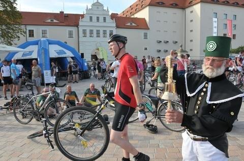 <p> Der Bergmann als Glücksbringer? Am Schloßplatz endete für Martin Afanasjew und die anderen die Tour.</p>