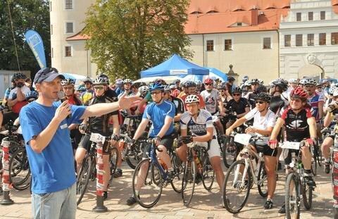 <p> Start am Schloßplatz - &quot;Freie Presse&quot;-Regionalleiter Sven Frommhold gab bei der Fahrereinweisung Hinweise zu Regeln und zur Sicherheit.</p>