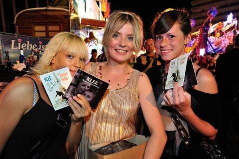 <p> Klee-Sängerin Suzie Kerstgens (Bildmitte) gab ihren Fans, darunter Natalie (links) und Lisa nach ihrem Auftritt noch fleißig Autogramme.</p>