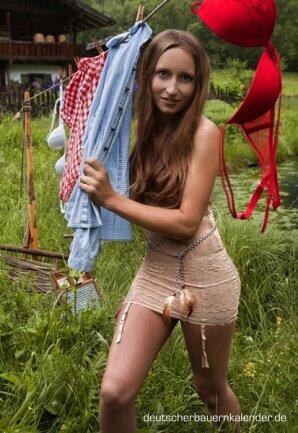 <p> Mai: Kathrin, 26, aus Bayern, hat nach ihrem Abschluss als Landwirtin eine zweite Lehre als Landwirtschaftstechnikerin gemacht. Ihre Eltern<br /> führen einen Hof mit Kühen, auf dem sie nebenbei mithilft.</p>