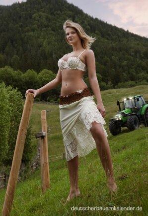 <p> Juli: Marie-Luise, 20, aus Bayern, wohnt auf dem Betrieb der Eltern, die Tiere halten – unter anderem Schweine – und Feldbau betreiben. Sie<br /> reitet seit ihrem neunten Lebensjahr und nimmt gelegentlich an Turnieren teil. Die junge Frau aus Meeder will bald auf dem eigenen Hof Pferde halten.</p>