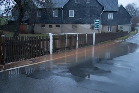 <p> Vereinzelt standen Straßen in und um Bernsdorf unter Wasser.</p>