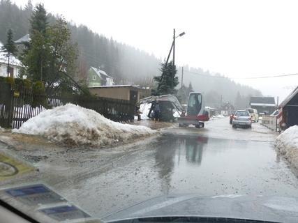 <p> Bagger auf der überfluteten Falkensteiner Straße in Klingenthal.</p>