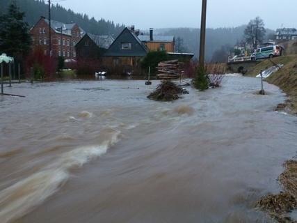 <p> Betroffen war auch Zwota - mehrere Häuser im Wiesengrund waren von den Wasserrmasen eingeschlossen.</p>