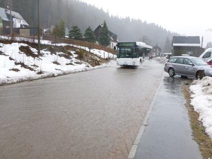<p> Hochwasser auch in Klingenthal. Hier die überflutete Falkensteiner Straße.</p>