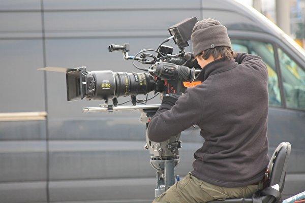 <p> Die Kamera wird für den Videodreh vorbereitet.</p>