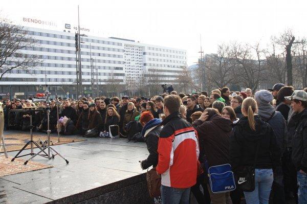 <p> Etwa 500 Fans versammelten sich vor dem Karl-Marx-Monument, um Seeed zu sehen und zu hören.</p>