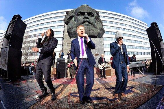 <p> Die Band Seeed hat am Samstagnachmittag am Karl-Marx-Monument in Chemnitz Video-Sequenzen für den Song &quot;Deine Zeit&quot; gedreht.</p>
