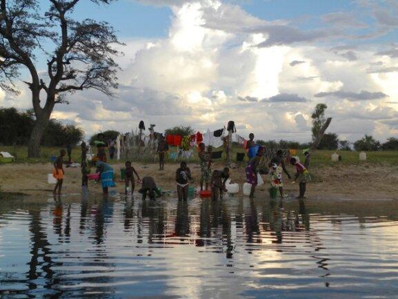<p> Reges Treiben am Fluss: Körperpflege - von Kopf bis Fuß einseifen und Zähne putzen, Wäsche waschen, und Wasser holen.<br /> Die Leute laufen kilometerweit zum Fluss.<br /> <br /> &nbsp;</p>