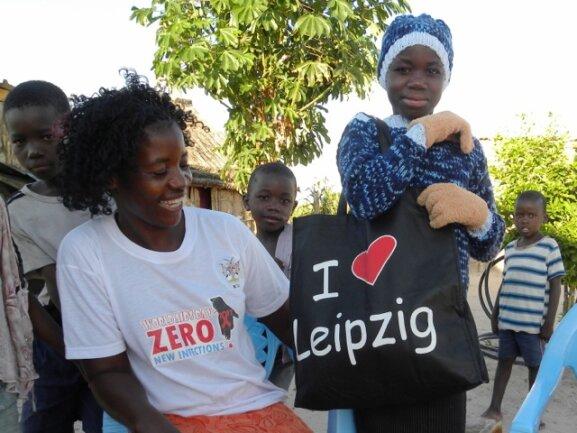 <p> Margreth hat von ihrer Freundin und deren Oma aus Leipzig ein tolles Päckchen für die Winterzeit bekommen. Über die Handschuhe haben sie sich sehr amüsiert.</p>
