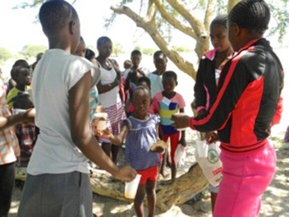 <p> Wir verteilen Brot, Obst und Getränke an alle Kinder.</p> <p> &nbsp;</p>