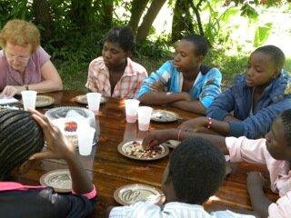<p> Acht Schüler der höheren Klassen berichten über ihren Schulalltag und ihre Lernziele. Die erste Torte ist verspeist. Die zweite Torte und etwas Knabbergebäck heben sich die Schüler für ihren langen Heimweg auf.<br /> &nbsp;</p>