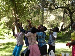 <p> Immanuel, der Kleinste der Runde, springt am höchsten, um einen Apfel zu fangen.</p>
