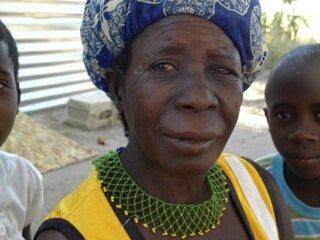 <p> Diese filigrane Arbeit um ihren Hals hat die Großmutter von drei Waisenkindern selbst gefertigt.</p>