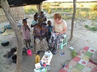 <p> Maria Matjai (fast erblindet) mit 5 ihrer Urenkel. Der Vater von zwei Urenkeln wurde im Oktober letzten Jahres ermordet in Swakopmund aufgefunden. Sein Foto wurde in ganz Namibia veröffentlicht. Die Mutter dieser Kinder verließ ihre Familie, um auf Arbeitssuche zu gehen.</p>